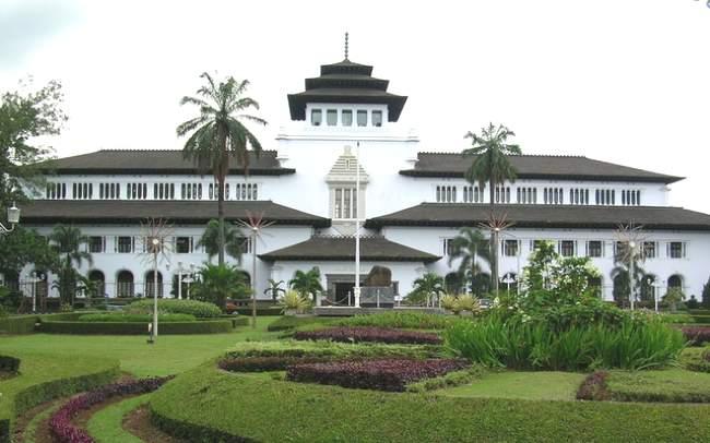 Mengunjungi Tempat Wisata di Bandung dan Sekitarnya