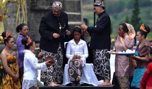 Ritual Potong Rambut Gimbal Di Dieng Jawa Tengah