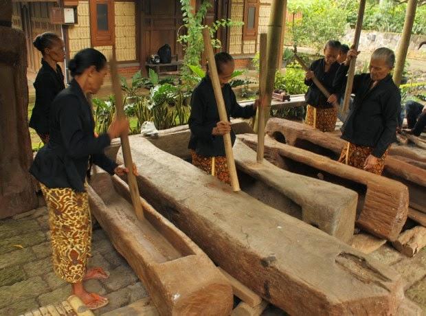 http://tipsjalan.com/wp-content/uploads/2015/03/Tradisi-Gedhogan-Suku-Osing-Desa-Wisata-Banyuwangi.jpg