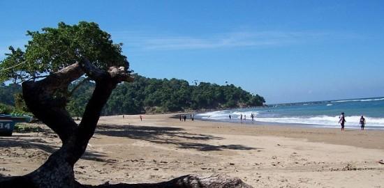 Tempat Favorit Liburan Lebaran Jawa Timur Pantai Jonggring Saloko, Malang