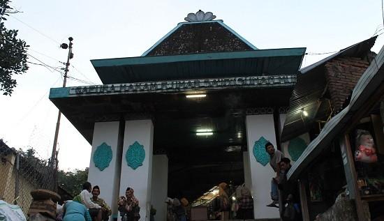 Objek Wisata Makam Sunan Muria Kudus Jawa Tengah